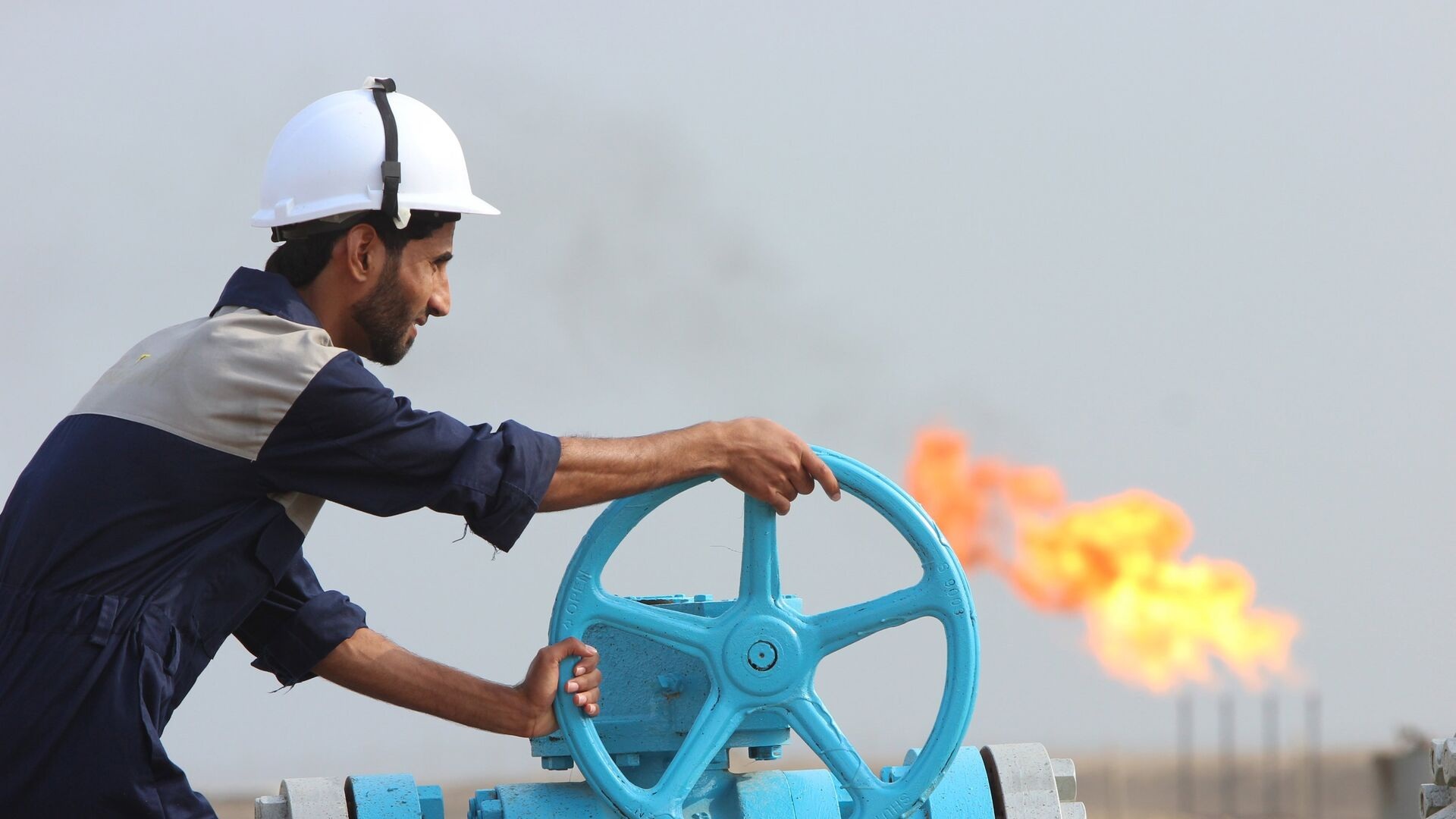Empleado comprueba una tubería de petróleo en Irak - Sputnik Mundo, 1920, 25.02.2021