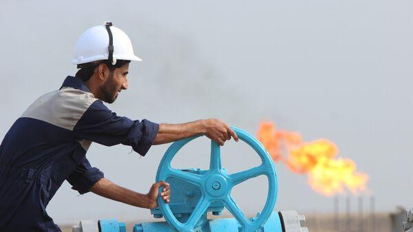 Empleado comprueba una tubería de petróleo en Irak - Sputnik Mundo