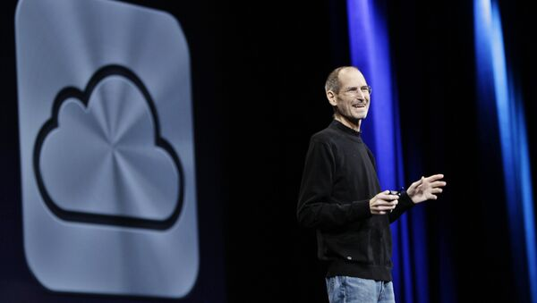 Apple CEO Steve Jobs introduces iCloud during a keynote address to the Apple Worldwide Developers Conference in San Francisco, Monday, June 6, 2011 - Sputnik Mundo