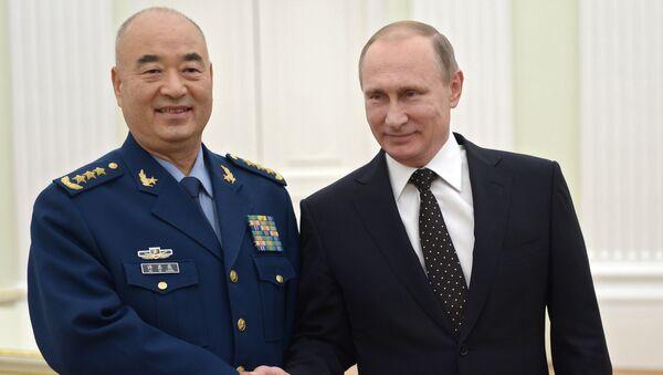 Мicepresidente de la Comisión Militar Central de China, Xu Qiliang y presidente de Rusia, Vladímir Putin - Sputnik Mundo
