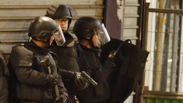 Policías franceses durante el tiroteo en Saint Denis - Sputnik Mundo