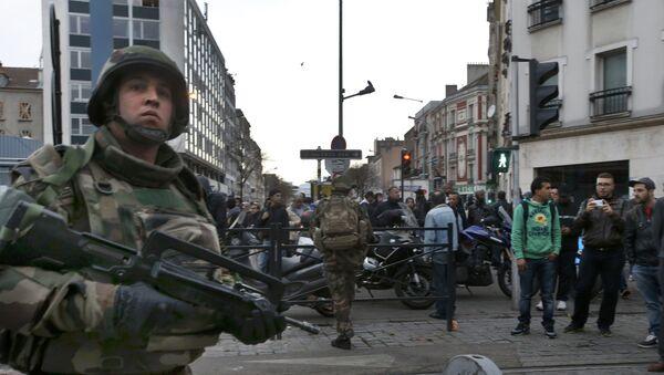 Soldados franceses vigilan el área durante el tiroteo en Saint-Denis - Sputnik Mundo