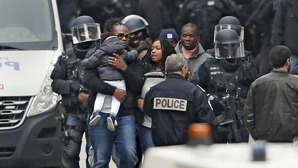 Soldados franceses evacuan a los civiles en el suburbio de Saint-Denis - Sputnik Mundo