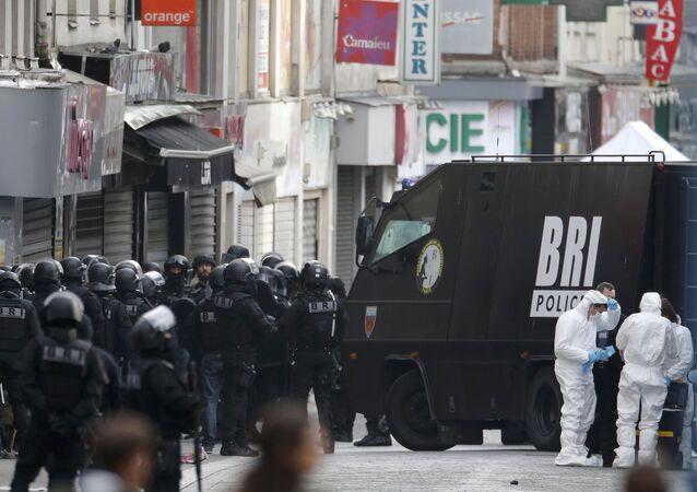 Soldados franceses en el suburbio de Saint-Denis