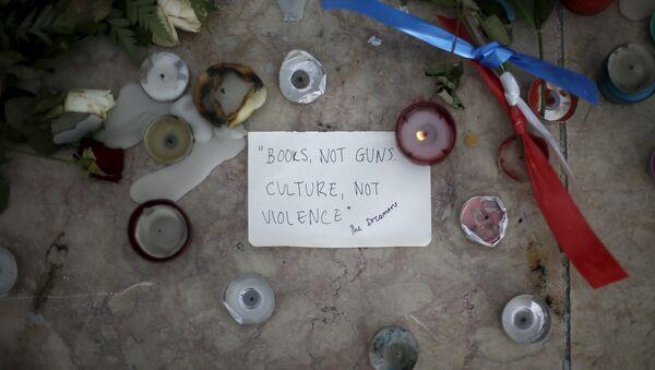 Velas, flores y mensaje en homenaje a las víctimas de los atentados en París - Sputnik Mundo