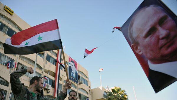 Retrato del presidente ruso, Vladímir Putin, y banderas de Siria - Sputnik Mundo
