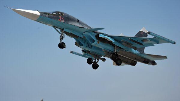 Su-34 de las Fuerzas Aéreas de Rusia en el aeródromo de Hmeymim en Siria - Sputnik Mundo