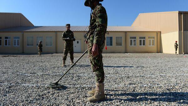 Soldados afganos usan un detector de minas - Sputnik Mundo
