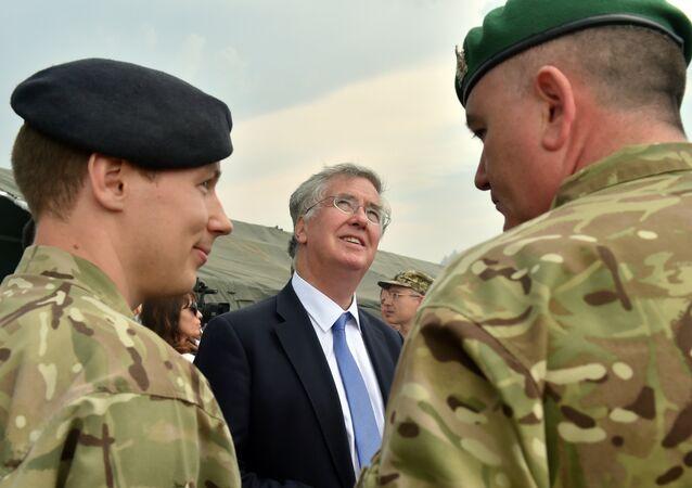 Michael Fallon, ministro de Defensa británico, durante los ejercicios militares conjuntos entre Reino Unido y Ucrania