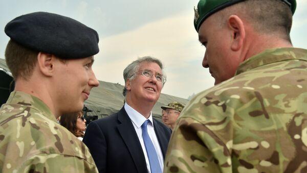 Michael Fallon, ministro de Defensa británico, durante los ejercicios militares conjuntos entre Reino Unido y Ucrania - Sputnik Mundo