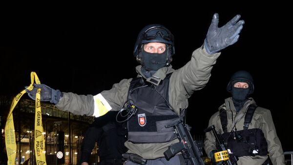 Policías alemanes cerca del estadio de Hannover - Sputnik Mundo