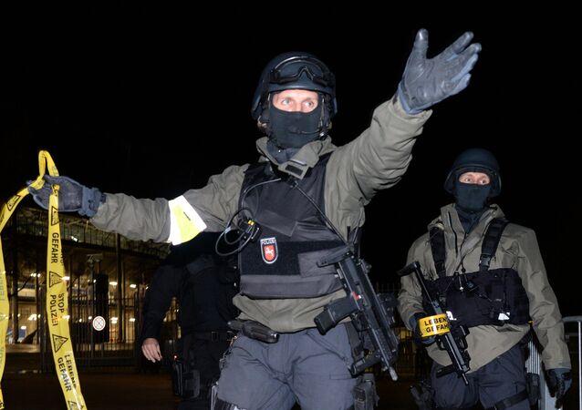 Policías alemanes cerca del estadio de Hannover