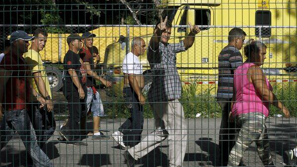 Migrantes cubanos caminan al esperar la apertura de frontera entre Costa Rica y Nicaragua en Peñas Blancas, Costa Rica - Sputnik Mundo