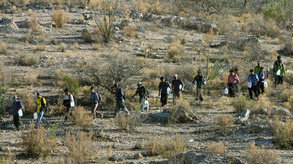 Migrantes mexicanos intentan de cruzar la frontera entre México y EEUU - Sputnik Mundo