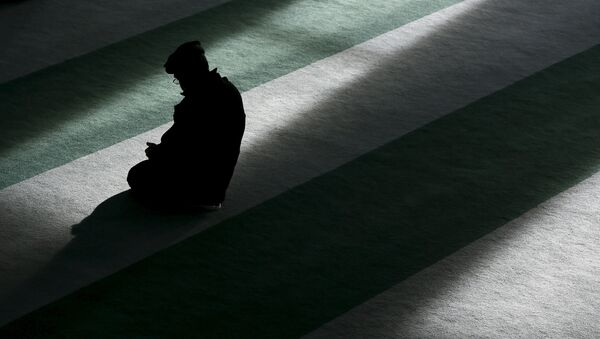 A Muslim man attends Friday prayer at the Baitul Futuh Mosque in Morden, south London, Britain, November 20, 2015 - Sputnik Mundo