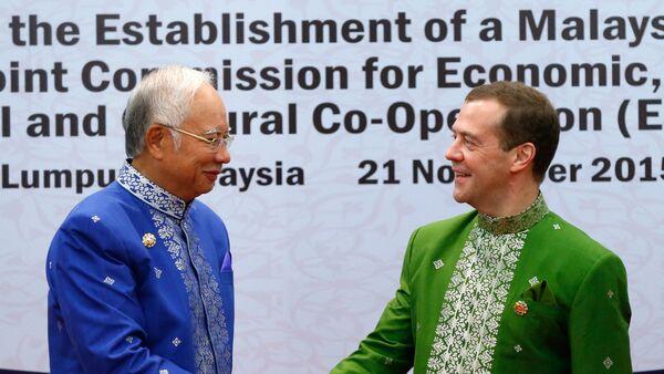 Primer ministro de Malasia, Najib Tun Razak y primer ministro de Rusia, Dmitri Medvédev, en Kuala Lumpur - Sputnik Mundo