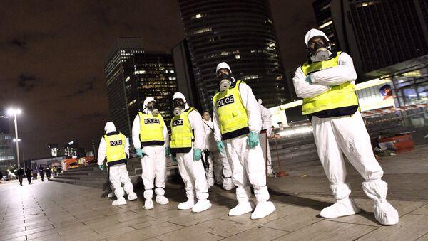 Policías franceses con trajes de protección NBQ - Sputnik Mundo