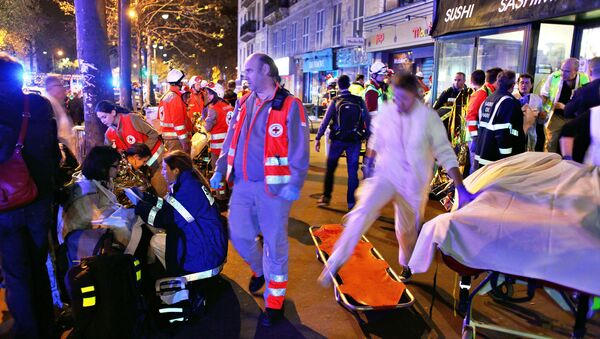 Trabajadores de rescate y médicos ayudan a las víctimas del atentado en la sala de conciertos Bataclan - Sputnik Mundo