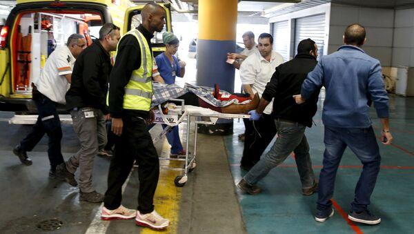 Médicos israelíes evacuan la colona israelí herida en el incidente - Sputnik Mundo