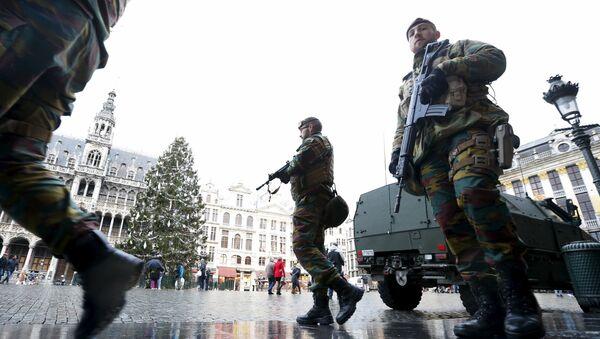Soldados belgas patrullan la Grand Place de Bruselas - Sputnik Mundo