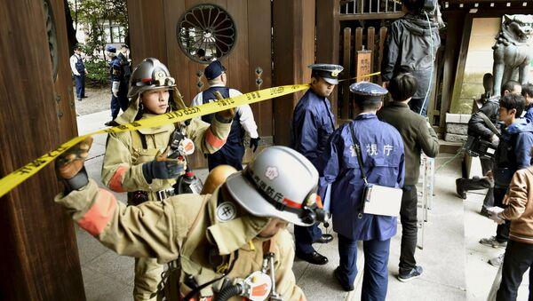 Policías y bomberos en el lugar de la explosión en el templo de Yasukuni - Sputnik Mundo