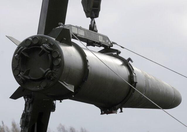Instalación de misiles en el sistema táctico Iskander-M