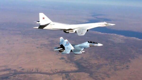Сопровождение истребителем Су-30СМ бомбардировщика-ракетоносца Ту-160 ВКС России в Сирии - Sputnik Mundo