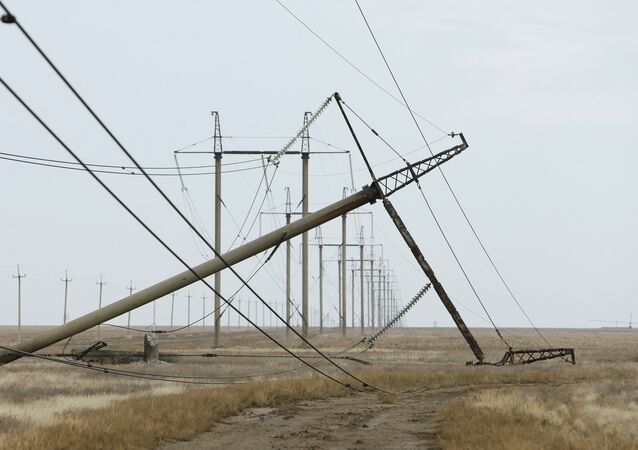 Torre de conducción eléctrica dañada en la región de Jersón cerca la frontera con Crimea