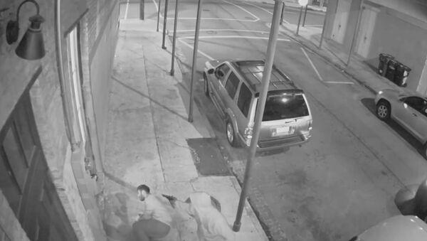 Buen samaritano, disparado al intentar detener un robo a mano armada - Sputnik Mundo