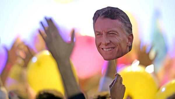 Partidario del candidato presidencial Mauricio Macri con su foto - Sputnik Mundo