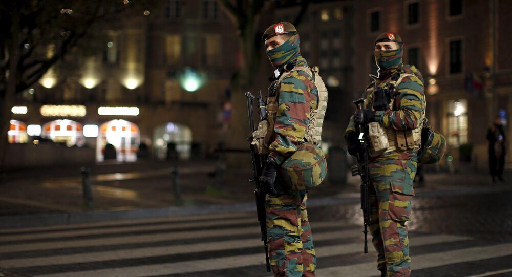 Soldados belgas patrullan en el centro de Bruselas, 23 de noviembre de 2015