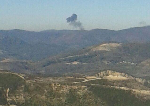 Humo en el lugar de la caída del avión Su-24 en la frontera con Turquía