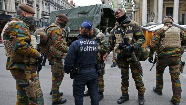 Soldados y policías belgas en Bruselas - Sputnik Mundo