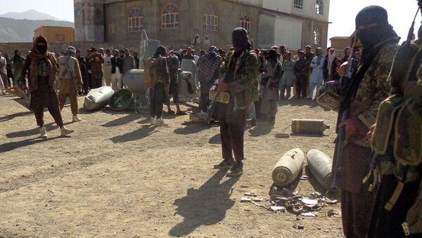 Militantes de Talibán en el lugar de siniestro del F-16 derribado en octubre de 2015 - Sputnik Mundo