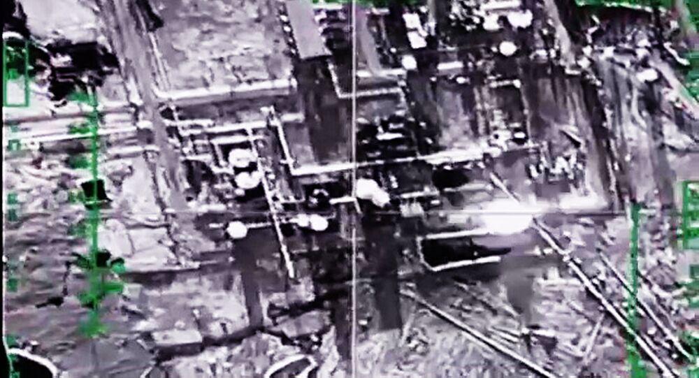 Fuezas Aeroespaciales de Rusia destrutyen refinería de petróleo de EI en provincia Deir ez-Zor, Siria (archivo)