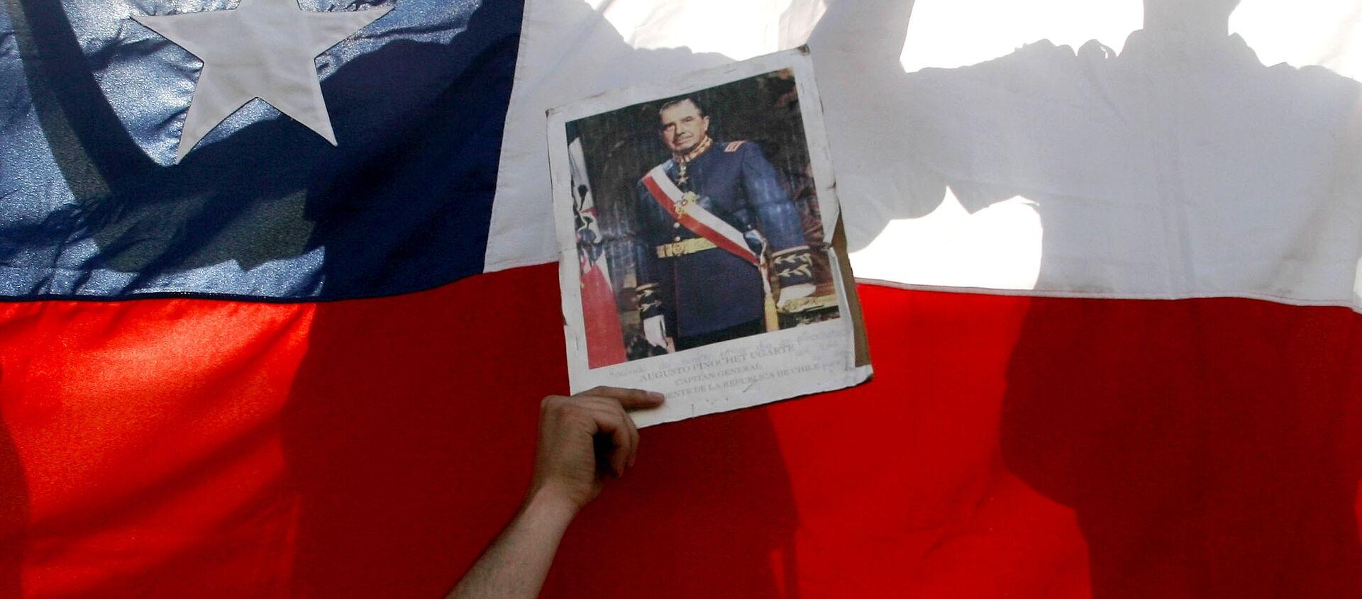 Una foto de Pinochet con bandera chilena del fondo - Sputnik Mundo, 1920, 30.12.2020
