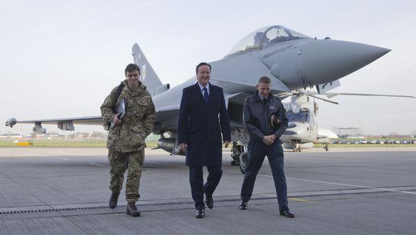 David Cameron, primer ministro del Reino Unido (centro) - Sputnik Mundo
