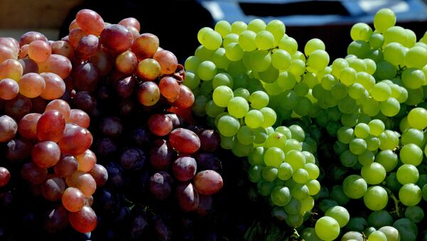 Comer 12 uvas es un ritual común de fin de año en Latinoamérica - Sputnik Mundo