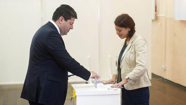 Ministro principal de Gibraltar, Fabian Picardo en un local de votación - Sputnik Mundo