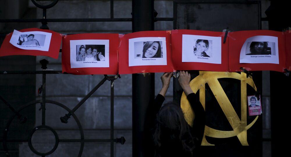 Fotos de las víctimas de femicidio en Argentina durante una manifestación en el Día Internacional contra la Violencia de Género