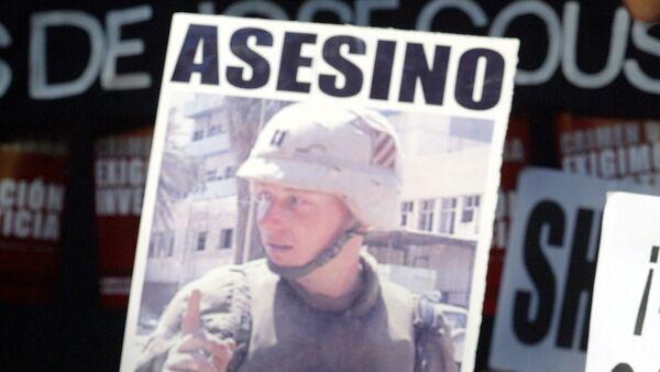 Hermano de José Couso, Javier Couso, en una manifestación en frente de la embajada de EEUU en España - Sputnik Mundo