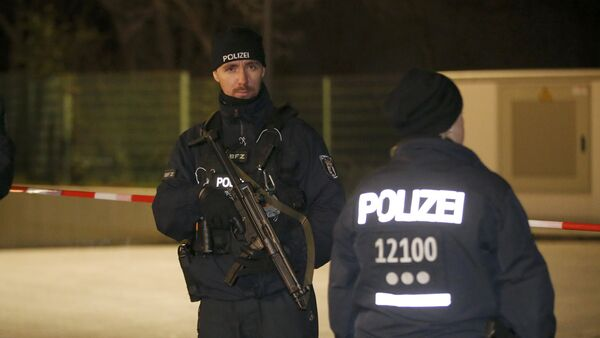 Police officers stand guard during a raid on a building in Britz, south Berlin, Germany November 26, 2015. - Sputnik Mundo