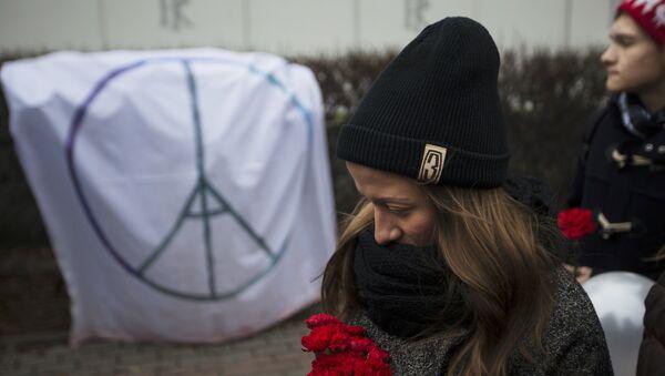 Homenaje a las víctimas de los atentados de París frente a la embajada de Francia en Moscú - Sputnik Mundo