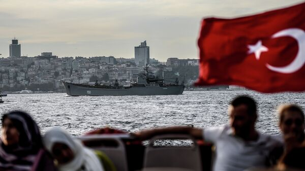 Gran buque de desembarco ruso Saratov se dirige hacia el Mediterráneo oriental a través del Estrecho del Bósforo - Sputnik Mundo