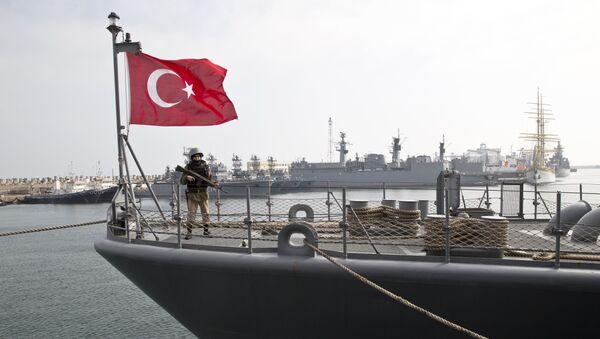 Buque turco durante los ejercicios conjuntos de Turquía y la OTAN en el mar Negro - Sputnik Mundo