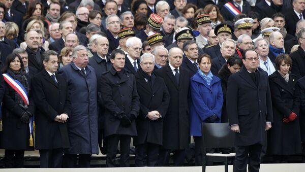 Presidente de Francia, François Hollande, y miembros de Gobierno de Francia rinden tributo a los fallecidos en los atentados del 13 de noviembre en una ceremonia de conmemoración - Sputnik Mundo
