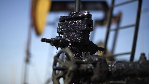 Pump jacks are seen in the Midway Sunset oilfield, California, in this April 29, 2013 file photo - Sputnik Mundo