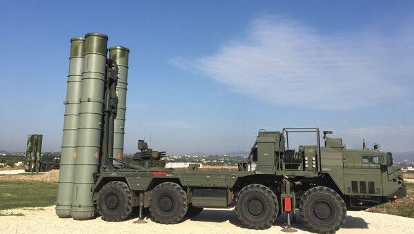 Lanzadera del sistema S-400 en el aeródromo de Hmeymim en Siria - Sputnik Mundo
