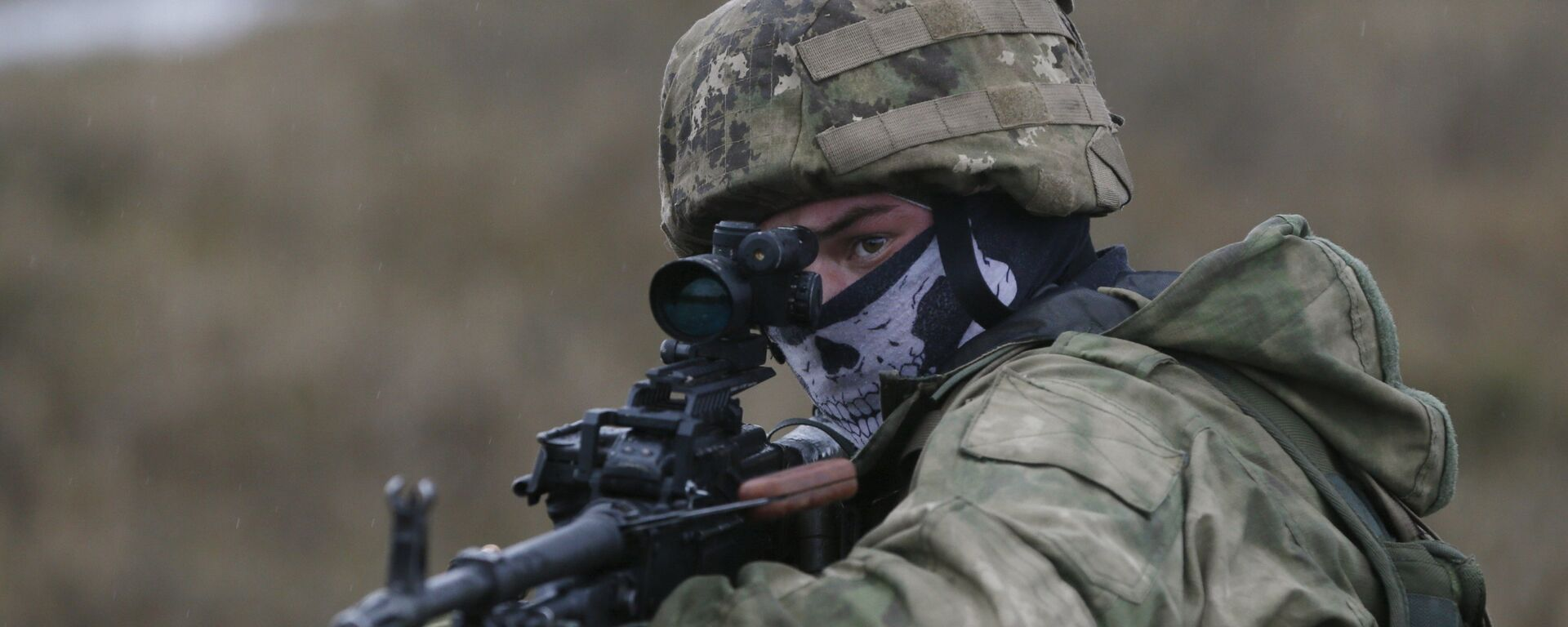 A serviceman of Ukrainian special operation forces takes part in tactical exercises at a shooting range in Khmelnytsky region, Ukraine November 20, 2015. - Sputnik Mundo, 1920, 11.06.2021