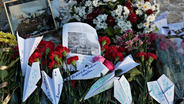 Los ciudadanos rinden homenaje a Oleg Peshkov, piloto del avión Su-24 derribado en Siria - Sputnik Mundo